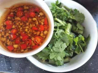 凉拌腐竹黄瓜,倒入调好的料汁,搅拌均匀