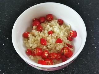凉拌腐竹黄瓜,蒜末小米辣圈装入碗中