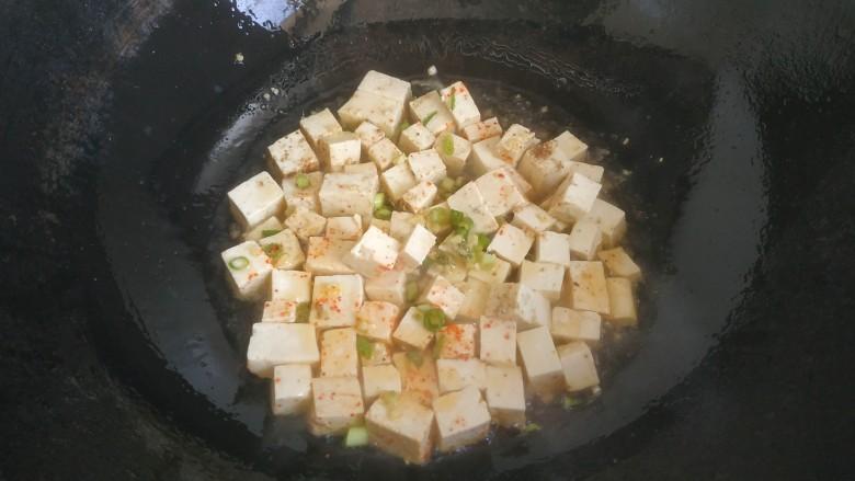 豆腐炒鸡蛋,放入豆腐