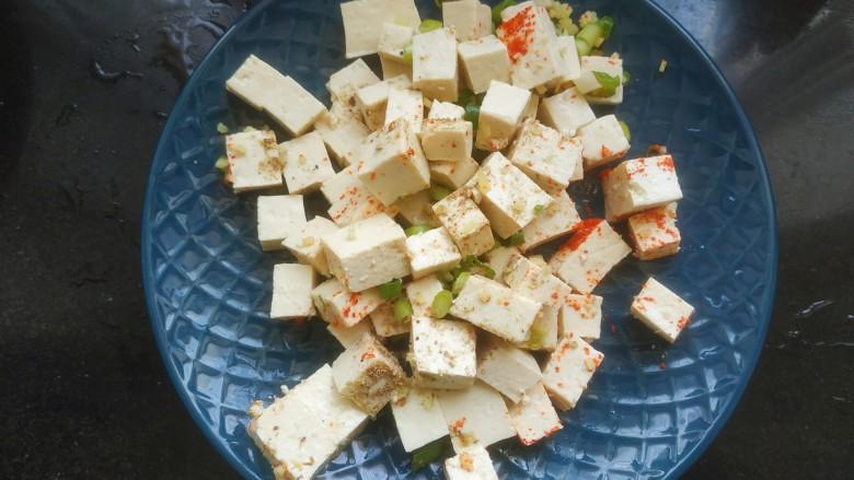 豆腐炒鸡蛋,搅拌均匀