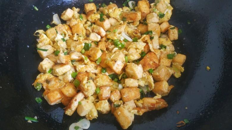 豆腐炒鸡蛋,翻炒均匀即可关火出锅