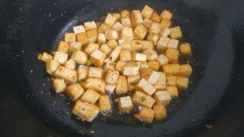 豆腐炒鸡蛋,煎至金黄
