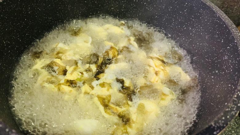 紫菜虾皮汤,快速搅拌;