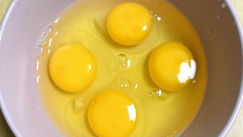 豆腐炒鸡蛋,将鸡蛋打入碗中。