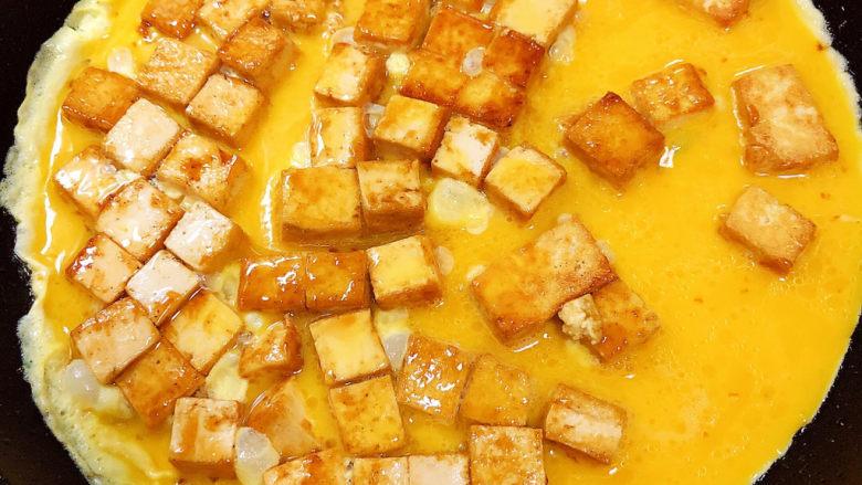 豆腐炒鸡蛋,将蛋液倒入锅中。