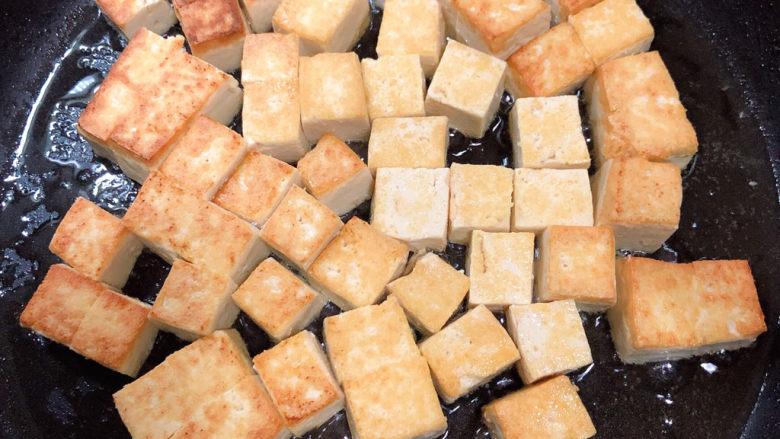 豆腐炒鸡蛋,翻面继续煎至焦黄。
