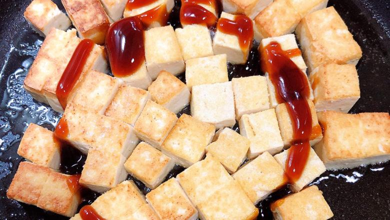 豆腐炒鸡蛋,加入盐、耗油,翻炒均匀。