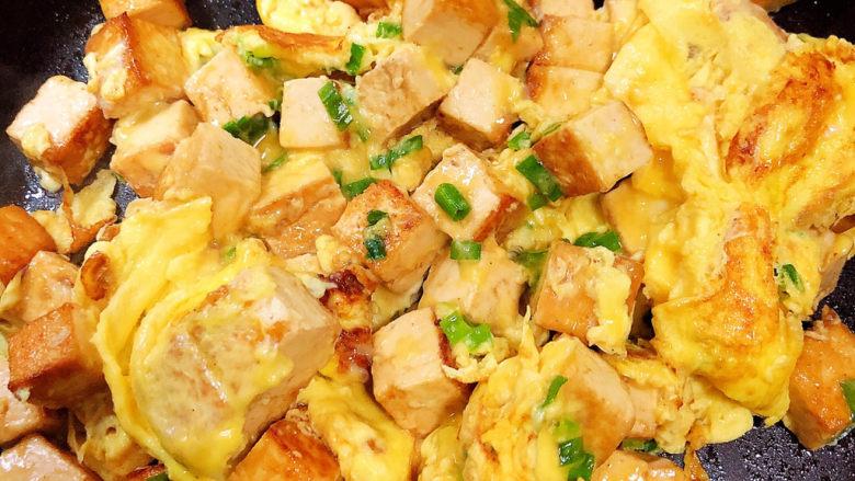 豆腐炒鸡蛋,颠几下锅,鸡蛋熟了即可出锅。