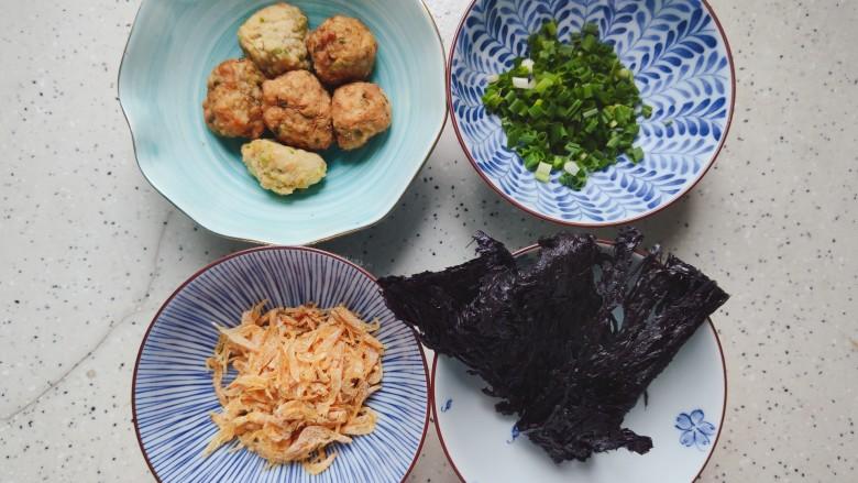 紫菜虾皮汤,首先我们准备好所有食材
