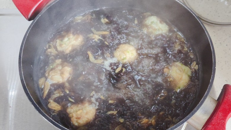 紫菜虾皮汤,转小火,煮30秒