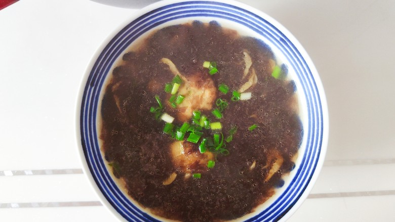 紫菜虾皮汤,装碗