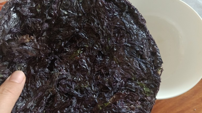紫菜虾皮汤,<a style='color:red;display:inline-block;' href='/shicai/ 273'>紫菜</a>准备一些。