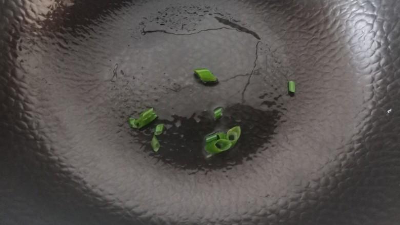 紫菜虾皮汤,锅中倒少许的油,加入葱花炒出香味。