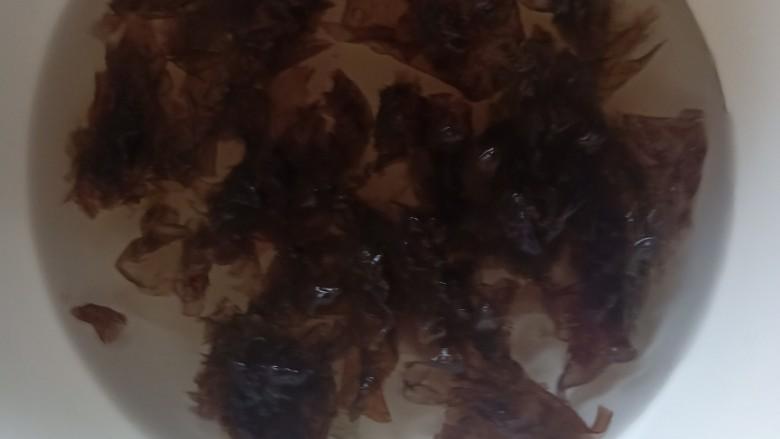紫菜虾皮汤,用开水冲泡下