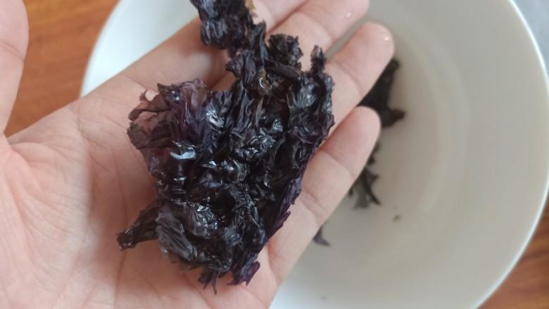 紫菜虾皮汤,紫菜不需要太多,一点点就可以了。