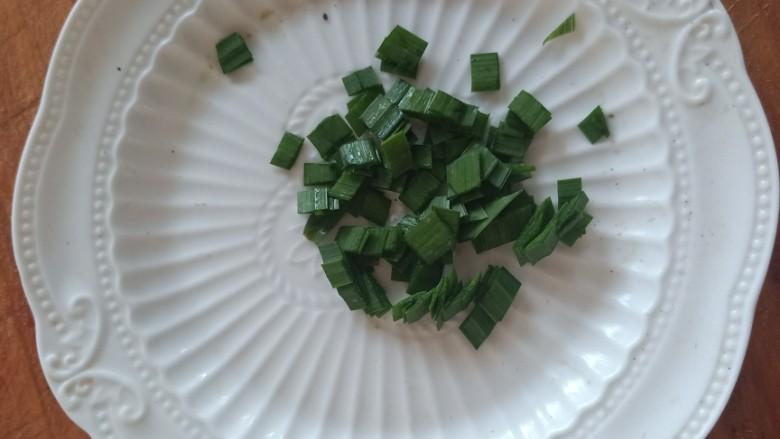 紫菜虾皮汤,准备一些小香葱,如果没有的话韭菜叶子也是可以的。*^O^*