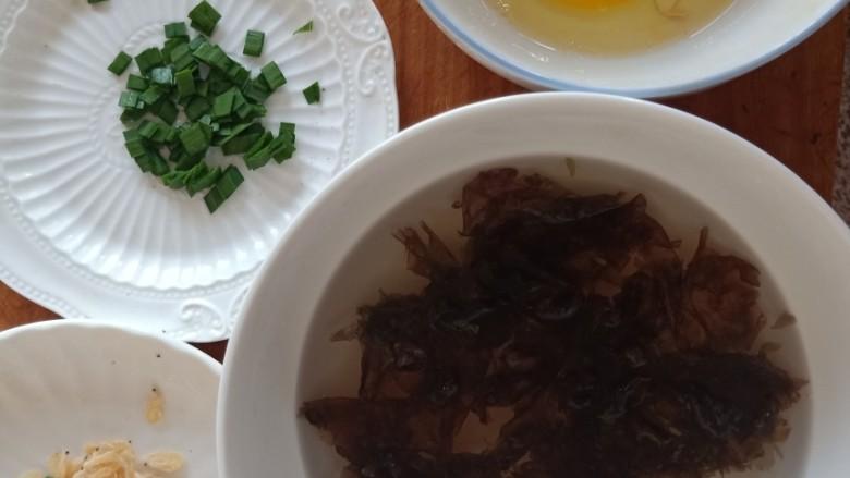 紫菜虾皮汤,材料都非常简单常见,集合一下。哈哈哈