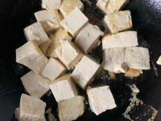 豆腐炒鸡蛋,煎到金黄
