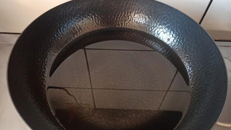 红烧鹌鹑蛋,锅中加入适量的水。