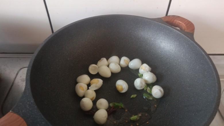 红烧鹌鹑蛋,加入鹌鹑蛋。