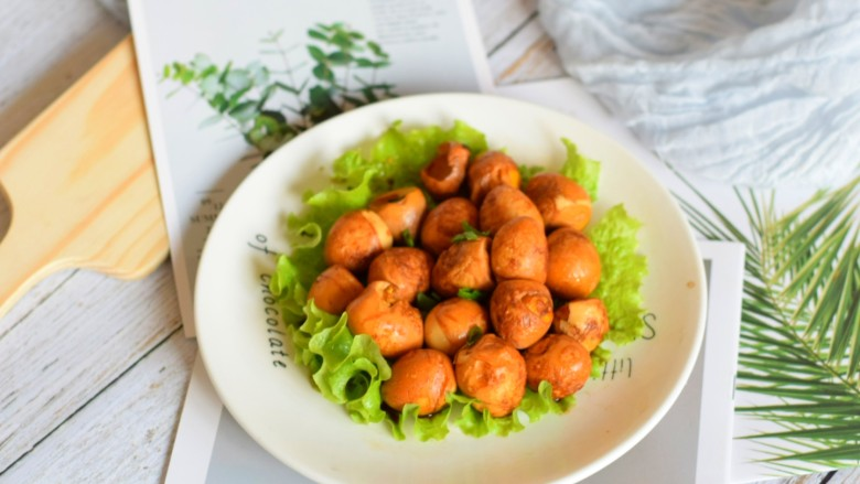 红烧鹌鹑蛋,加鹌鹑蛋装在铺好的生菜叶子上,是不是很好看?