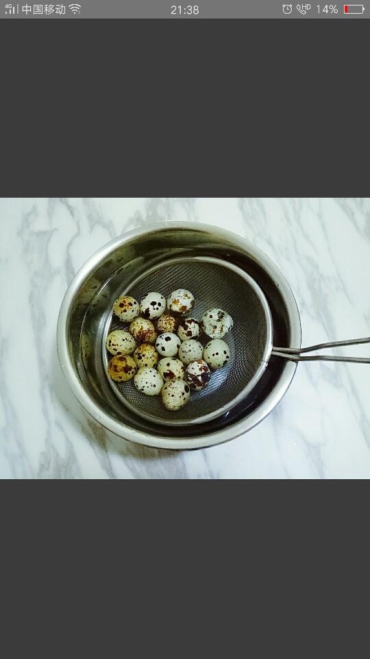 红烧鹌鹑蛋,煮好的鹌鹑蛋捞出,放入冰水中