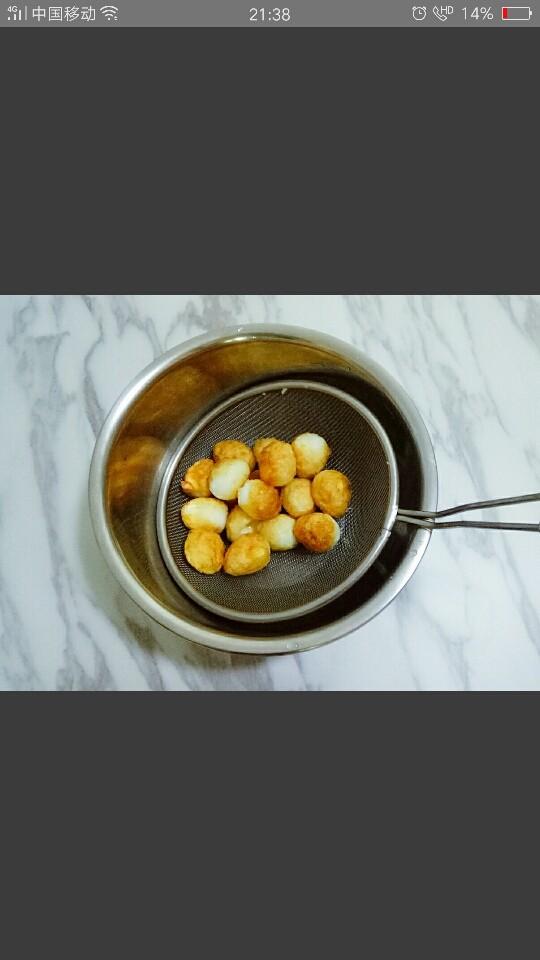 红烧鹌鹑蛋,将煎至表面金黄的鹌鹑蛋盛出备用