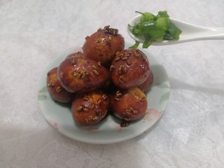 红烧鹌鹑蛋,盛出,洒上小葱