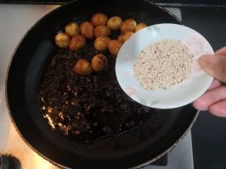 红烧鹌鹑蛋,把白芝麻,也倒入锅中