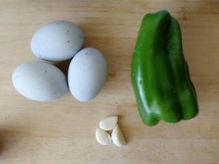 青椒炒皮蛋,准备食材。