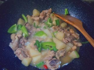 三黄鸡炖土豆,然后倒入青椒蒜苗翻炒