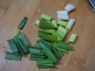 三黄鸡炖土豆,蒜苗切成小段