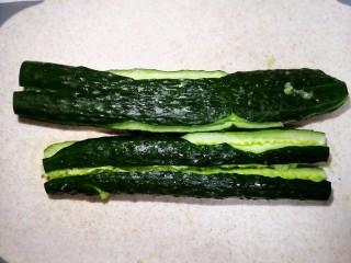 凉拌腐竹黄瓜,身为东北人的我比较暴力,把黄瓜用刀用力拍扁。