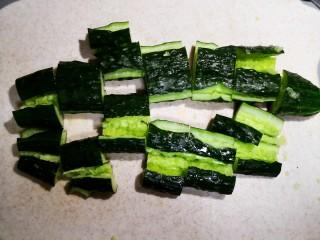 凉拌腐竹黄瓜,然后斯文的切段。