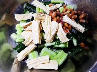 凉拌腐竹黄瓜,黄瓜腐竹花生大蒜统统放入一个大盆。
