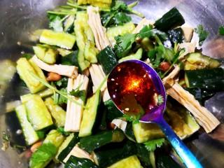 凉拌腐竹黄瓜,最后放秘制辣椒油。