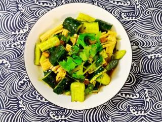凉拌腐竹黄瓜,拌好出盘。