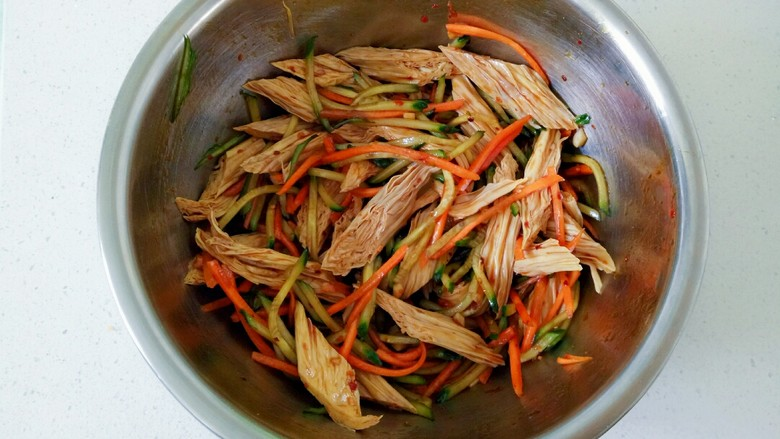 凉拌腐竹黄瓜,用筷子搅拌均匀
