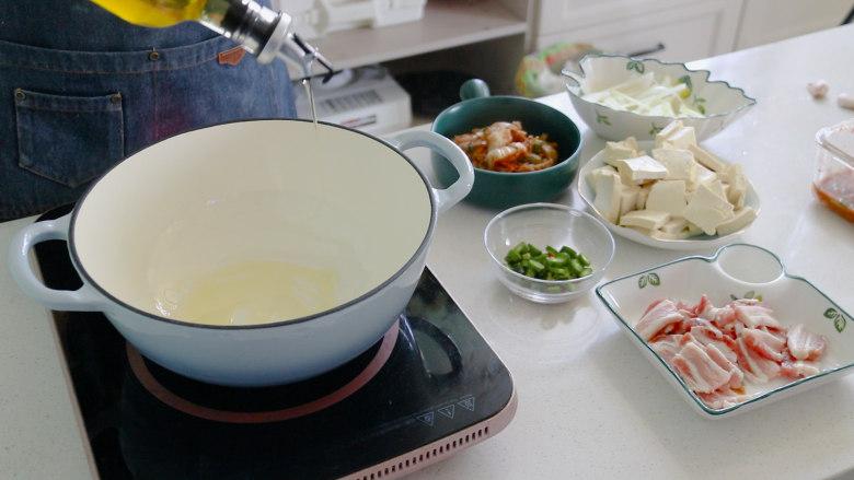 辣白菜豆腐汤,起锅热油