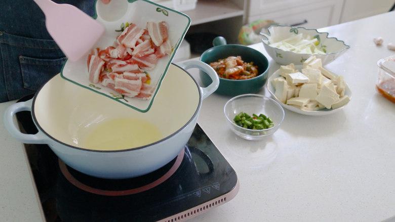 辣白菜豆腐汤,放入猪肉翻炒