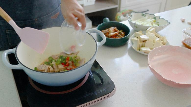 辣白菜豆腐汤,放入辣椒