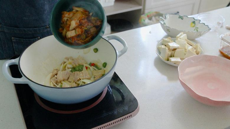 辣白菜豆腐汤,辣白菜翻炒,炒香