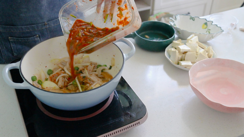 辣白菜豆腐汤,炒至断生后放入辣白菜酱料