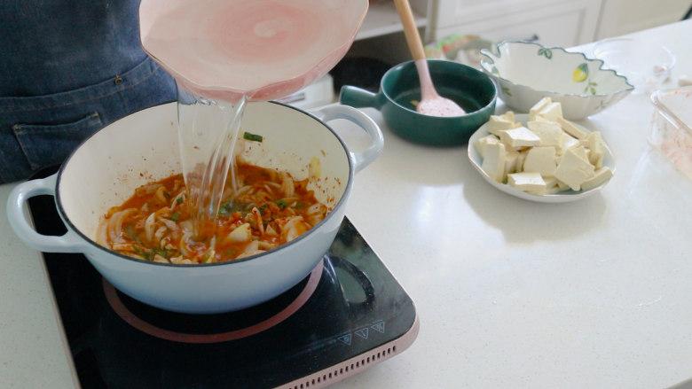 辣白菜豆腐汤,倒入适量清水
