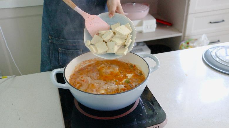 辣白菜豆腐汤,水开后放入豆腐