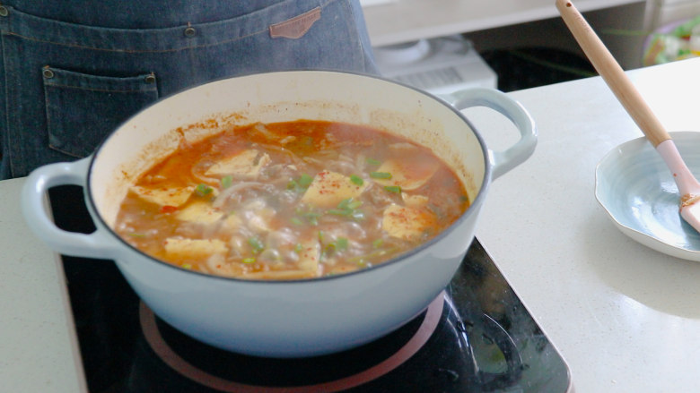 辣白菜豆腐汤,最后再炖煮一会儿,就可以出锅了。香辣入味,真的是太好吃了~~