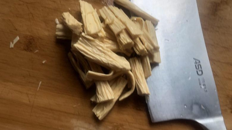 凉拌腐竹黄瓜,该刀切成寸段。