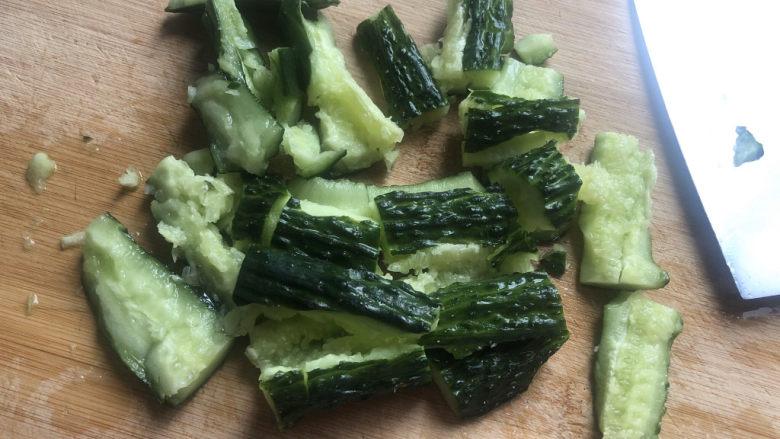 凉拌腐竹黄瓜,再该刀切小。