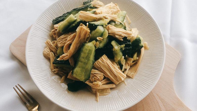 凉拌腐竹黄瓜,翻拌均匀装盘即可。