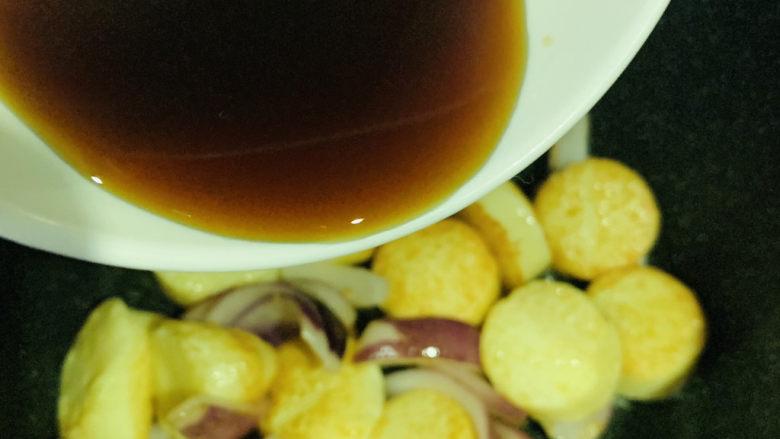铁板日本豆腐,炒香,加入调好的料汁;
